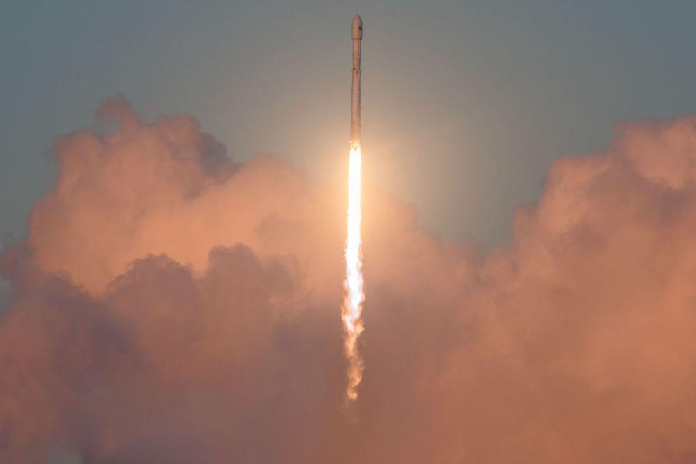 SpaceX成功发射猎鹰9号火箭,但回收整流罩再次失败