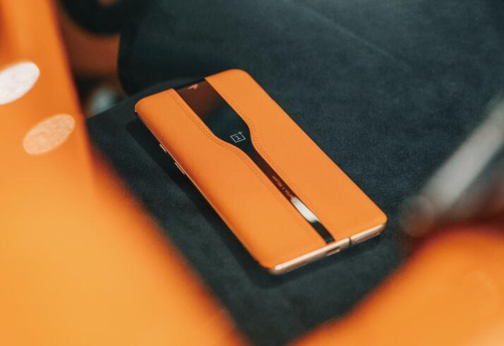 """一加""""潛隱式后攝""""概念機亮相CES 探索手機設計新形態"""