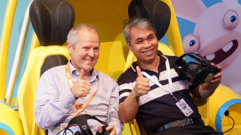 玖的CTO梁应鸿和育碧创始人兼CEO Yves Gullimot为合作新品点赞.jpg