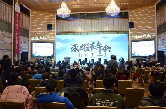 大学生代表现场朗诵经典古诗词。中国青年网通讯员 张普庆摄