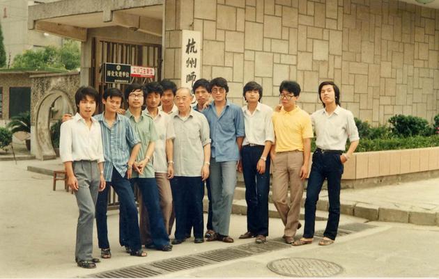 1987年夏,马云(左二)与外语系李增荣教授(左六)及同学在文一路校区门口合影