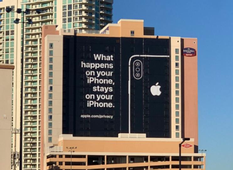 """苹果在CES会场外搞了幅""""隐私广告牌"""" 暗讽安卓的隐私安全"""