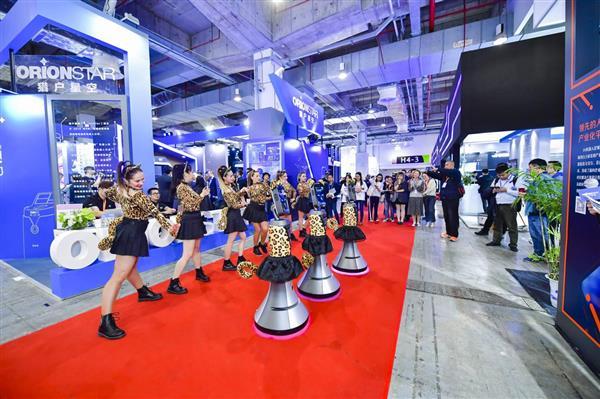 """<b>上交会首设服务机器人专区 猎户星空机器人""""闺蜜团""""火辣热舞成焦点</b>"""