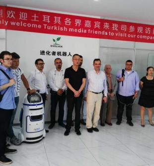 """小胖机器人作为中国制造代表接待""""一带一路""""国家权威媒体访华交流"""