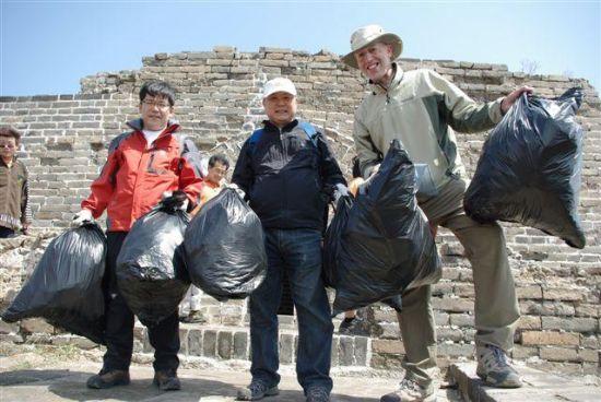 """追随在长城捡垃圾22年的英国友人,真融宝开启中国版""""Trash Challenge"""""""