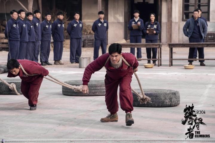 《攀登者》发人物预告  吴京带伤冲顶中国高度