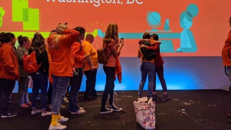 米雯娟和參加 Journey 大會的外教一一擁抱、合影