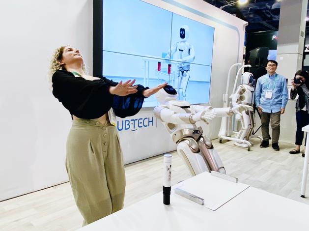 Walker可以做瑜伽了 優必選大型仿人服務機器人離家庭更近一步
